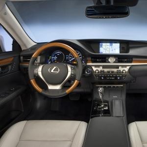 2013_Lexus_ES_300h_018_1